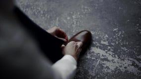 Mężczyzna jest ubranym buty Wiąże koronki na butach Mężczyzna ` s styl profesor Przygotowywać dla pracy, spotkanie zdjęcie wideo