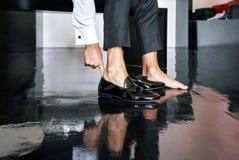 Mężczyzna jest ubranym czarnych glansowanych rżniętych buty przygotowywać dla ślubnej ceremonii, czerni drewniana podłoga - zamyk Obrazy Stock