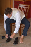 Mężczyzna jest ubranym eleganckich mężczyzna buty Fotografia Royalty Free