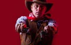 Mężczyzna jest ubranym kowbojskiego kapelusz, pistolet Portret kowboj Zachodni, pistolety Portret kowboj Amerykański bandyta w ma zdjęcie royalty free