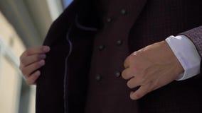 Mężczyzna jest ubranym kurtkę w kostiumu zbiory