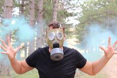 Mężczyzna jest ubranym maskę gazową i eksperymentuje panikę fotografia royalty free