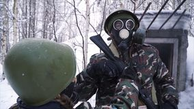 Mężczyzna jest ubranym maskę gazową w zima lasowym portrecie młody żołnierz jest ubranym maskę gazową przeciw naturze w mundurze fotografia stock