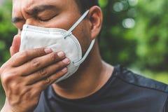 Mężczyzna jest ubranym maskę na ulicie Ochrona przeciw wirusowi zdjęcie royalty free