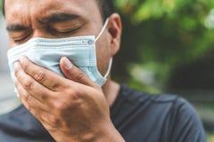 Mężczyzna jest ubranym maskę na ulicie Ochrona przeciw wirusowi obraz royalty free