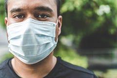 Mężczyzna jest ubranym maskę na ulicie Ochrona przeciw wirusowi obrazy royalty free