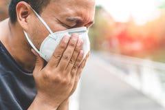 Mężczyzna jest ubranym maskę na ulicie Ochrona przeciw wirusowi fotografia stock