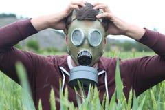 Mężczyzna jest ubranym oddychanie maskę w pszenicznym polu obrazy royalty free