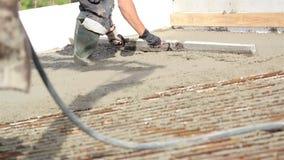 Mężczyzna jest ubranym pracujący buty i głowy przekładnię spłaszczają cement zbiory wideo