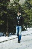 Mężczyzna jest ubranym przy szalikiem w parku Fotografia Stock