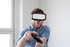 Mężczyzna jest ubranym rzeczywistość wirtualna gogle Zdjęcie Royalty Free