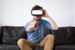 Mężczyzna jest ubranym rzeczywistość wirtualna gogle Zdjęcia Royalty Free
