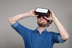 Mężczyzna jest ubranym rzeczywistość wirtualna gogle Obrazy Stock