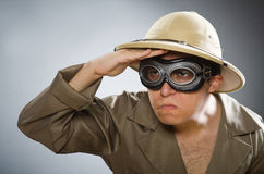 Mężczyzna jest ubranym safari kapelusz w śmiesznym pojęciu Fotografia Royalty Free