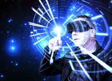 Mężczyzna Jest ubranym VR rzeczywistości wirtualnej słuchawki i Używa Graficznego HUD Zdjęcie Stock