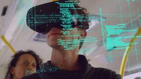 Mężczyzna jest ubranym wirtualnych gogle zdjęcie wideo