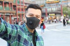 Mężczyzna jest ubranym zanieczyszczenie maskę bierze selfie zdjęcia royalty free