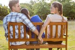 Mężczyzna jest unfaithful w parku zdjęcia stock