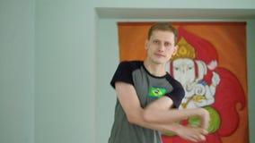 Mężczyzna joga robi zdrowemu rozciąganiu w studiu zdjęcie wideo
