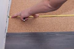 Mężczyzna kłaść laminat podłoga w domu Zdjęcie Stock