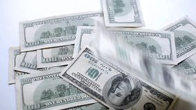 Mężczyzna kłaść puszek paczka banknoty na stole zdjęcie wideo