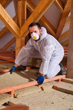 Mężczyzna kłaść termicznej izolaci warstwę na budynku Zdjęcie Royalty Free