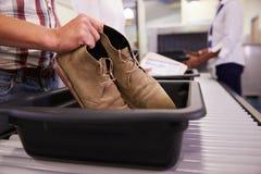 Mężczyzna kładzenia buty W tacę Dla ochrony lotniska Sprawdzają Zdjęcie Royalty Free