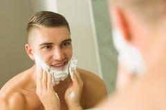 Mężczyzna kładzenia golenia piana na twarzy Fotografia Stock
