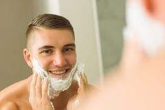 Mężczyzna kładzenia golenia piana na twarzy Zdjęcie Stock