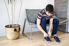 Mężczyzna kładzenie na jego buty zdjęcia stock