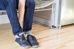 Mężczyzna kładzenie na jego buty Fotografia Stock