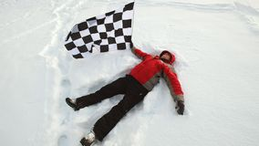 Mężczyzna kłama w śniegu z koniec flaga zdjęcie wideo