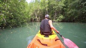 mężczyzna kajaka wioślarski kajak na rzece zbiory