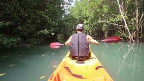 mężczyzna kajaka wioślarski kajak na rzece zdjęcie wideo
