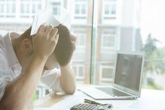 Mężczyzna kalkuluje domowych rachunki w domu Biznesmen używa calculat zdjęcie royalty free