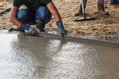 Mężczyzna kamieniarz buduje screed żakieta cement Obraz Stock