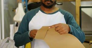 Mężczyzna kartonu tnący papier 4k zbiory