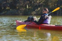 Mężczyzna kayaking na rzece Zdjęcia Stock