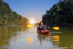 Mężczyzna kayaking na rzece Fotografia Royalty Free