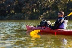 Mężczyzna kayaking na rzece Obraz Stock