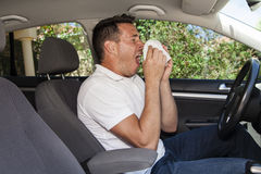Mężczyzna kichnięcie w samochodzie Zdjęcia Royalty Free