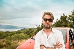 Mężczyzna & x28; kierowca, tourist& x29; przed krajobrazem i samochodem fotografia stock