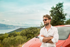 Mężczyzna & x28; kierowca, tourist& x29; przed krajobrazem i samochodem obrazy royalty free