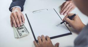 Mężczyzna klienta podpisywanie kupuje domowej polisy dokumentu zgodę, succ zdjęcie royalty free