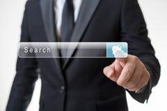 Mężczyzna klika rewizja guzika na wirtualnym ekranie fotografia stock