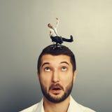 Mężczyzna kołysanie się na dużej głowie Zdjęcie Royalty Free