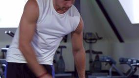 Mężczyzna kończy ćwiczenie zbiory