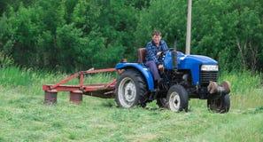 Mężczyzna kośby trawa w polu Fotografia Royalty Free