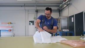 Mężczyzna kocowania produkt na stole w fabryce zdjęcie wideo