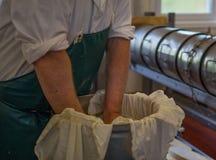 Mężczyzna kocowania serowy przygotowywający dla przetwarzać Fotografia Royalty Free